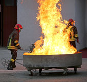 Bomberos valientes durante la prueba de un extintor Foto de archivo libre de regalías