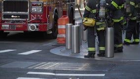 Bomberos y firetruck de NYC almacen de metraje de vídeo