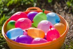 bombes colorées de l'eau en été photos stock