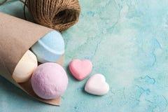Bombes de bain de bleu, de vanille et de fraise image libre de droits