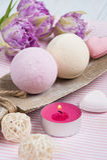 Bombes de bain de vanille et de fraise photographie stock