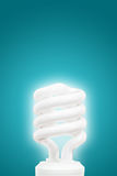 Bombilla ahorro de energía en fondo azul Fotos de archivo libres de regalías