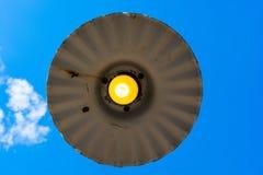 Bombilla amarilla contra el cielo azul claro Fotografía de archivo