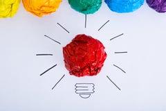 Bombilla arrugada concepto del papel del color de la inspiración fotografía de archivo