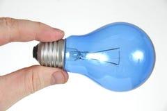Bombilla azul a disposición 3 Imagen de archivo