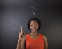 Bombilla brillante de la idea que piensa el profesor surafricano o afroamericano o al estudiante de la mujer Fotografía de archivo libre de regalías