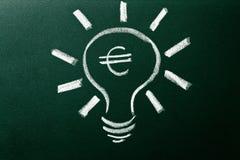 Bombilla como concepto de solución para la crisis del dinero Imagen de archivo libre de regalías
