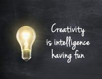Bombilla con cita de la creatividad Fotografía de archivo
