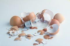 Bombilla de las ideas brillantes de la innovación que trama del huevo cáscara Foto de archivo libre de regalías