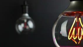 Bombilla del vintage retro con efecto del centelleo y accesorio llevado de la tecnología con el foco del cambio sobre bombilla de almacen de video