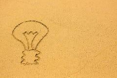 Bombilla dibujada en la arena de la playa Naturaleza Imagen de archivo