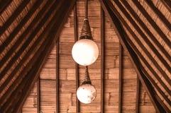 Bombilla dos debajo del tejado imagen de archivo