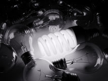 Bombilla que brilla intensamente entre otras Imágenes de archivo libres de regalías