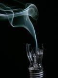 Bombilla reventada que fuma Imagen de archivo