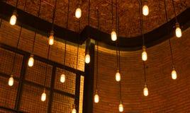 Bombillas del estilo antiguo decorativo de edison contra la pared de ladrillo b Fotos de archivo libres de regalías
