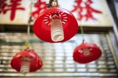 Bombillas que cuelgan en el mercado Fotografía de archivo libre de regalías