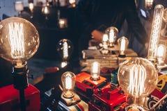 Bombillas viejas usando los juguetes hechos a mano viejos imagen de archivo libre de regalías