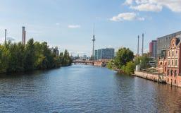Bomblowanie rzeka i TV wierza w Berlin zdjęcie royalty free