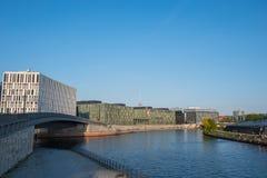 Bomblowanie rzeka w Berlin z nowożytną architekturą i ludzie cieszy się słońce Zdjęcie Royalty Free