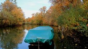 Bomblowanie rzeka W jesieni obraz stock