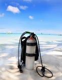 Bombola d'ossigeno sulla spiaggia di sabbia Fotografia Stock