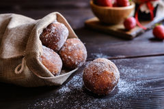 Bomboloni - italienische Donuts angefüllt mit Erdbeermarmelade lizenzfreies stockbild