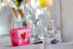 Bombonierie do casamento na tabela da recepção fotografia de stock royalty free