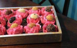 Bombons deliciosas em uns copos florais Fotos de Stock Royalty Free