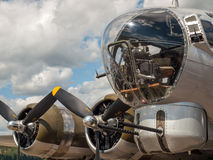 Bombplans B17 för världskrig II propellrar och vapen Arkivfoton