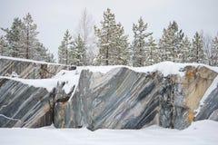 Bomen, die op rotsen Marmeren steengroeve, januari-dag kweken Ruskeala, Karelië Stock Foto's