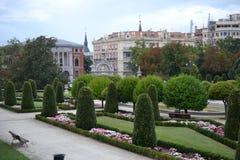 Bomen en het lopen het Park Madrid, Spanje van wegbuen Retiro stock foto's