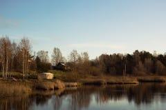 Bomen in het water in de herfst worden weerspiegeld dat royalty-vrije stock afbeelding