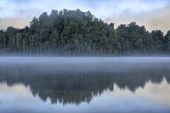 Bomen in Meer Kaniere worden weerspiegeld die royalty-vrije stock foto's