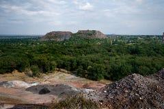 Bomen tussen twee kolenmijnen Stock Fotografie