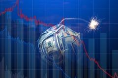 Bomgeld met een brandende wiek met dalingsgrafieken op blauwe achtergrond Explosie van investeringsmarkten Financi?le crisis royalty-vrije stock afbeeldingen
