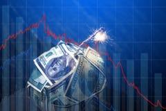 Bomgeld met een brandende wiek met dalingsgrafieken op blauwe achtergrond Explosie van investeringsmarkten Financi?le crisis royalty-vrije stock foto's