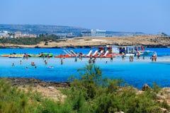 Bomma för och glidbanor på stranden i Cypern Arkivbild