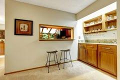 Bomma för räknareöverkanten i väggen mellan kök och äta middagområde Royaltyfri Fotografi