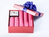 Bomstokken van dynamiet, in een giftdoos met een blauw lint met c Royalty-vrije Stock Foto's