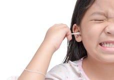Bomullsbomullstopp i flickahanden som isoleras på vit fotografering för bildbyråer