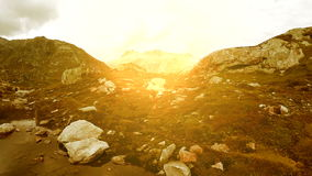 Bomullsfält runt om bakgrund för natur för landskap för bergsjölandskap fridsam stock video