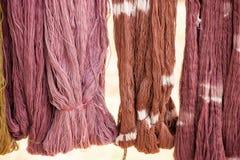 Bomullsgarn som färgar med de naturliga färgerna som hänger i solljus för att torka Lokala handgjorda produkter av det Sakon Nakh arkivfoto