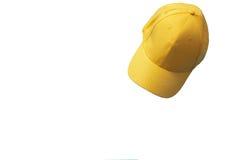 Boné de beisebol amarelo isolado no fundo branco Zombaria ascendente e espaço da cópia Adultos novos Imagem de Stock Royalty Free