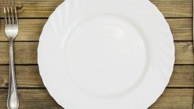 Bon appetit geanimeerde tekst op bestekachtergrond stock videobeelden