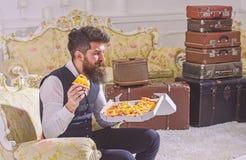 Bon appetit Konzept Mann mit Bart und dem Schnurrbart hält Kasten mit geschmackvoller frischer heißer Pizza Macho in der klassisc stockbild