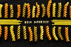 Bon Appetit-Seite buchstabierte durch Teigwaren, auf Schwarzem Stockbilder