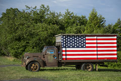 Bon camion américain d'Ol avec le drapeau image libre de droits