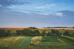 Bon coucher du soleil au-dessus de champ vert photos stock