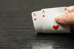 Bon distribuant les cartes jouantes - vous avez deux as Photo libre de droits