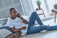 Bon entretien avec l'amie Jeune homme africain beau parlant dessus Image stock